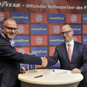 拜仁慕尼黑足球俱乐部执行董事长Karl-Heinz Rummenigge与固特异轮胎橡胶公司欧洲、中东和非洲区总裁Darren Wells